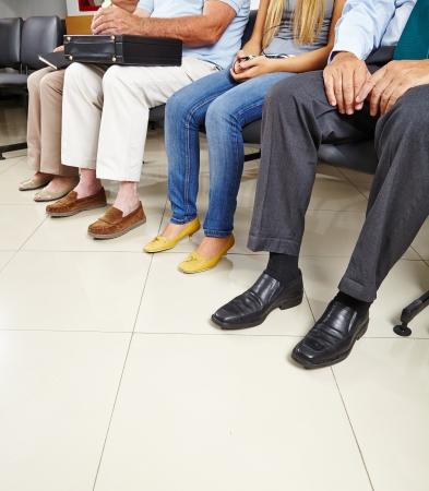 의사의 대기실에 앉아있는 환자의 그룹