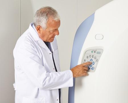 resonancia magnetica: Médico con los botones de una máquina de MRI en radiología Foto de archivo