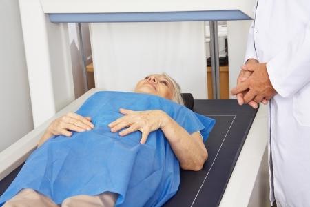 osteoporosis: Superior de la mujer debajo de la máquina DPX para la medición de la densidad ósea en un hospital