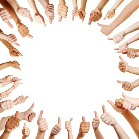 felicitaciones: La gente en un círculo tomados de los pulgares para arriba para la enhorabuena en equipo