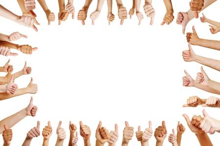 felicitaciones: Muchas manos felicitan a un ganador con los pulgares para arriba signo