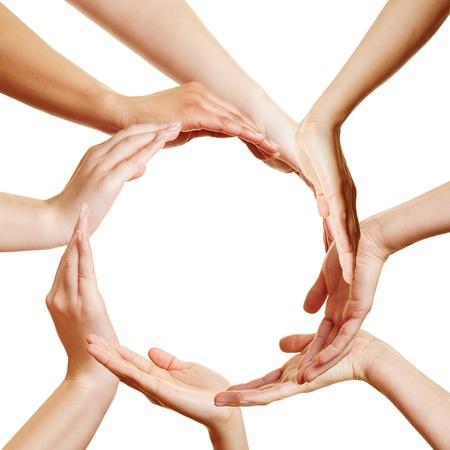 sinergia: Equipo de muchas manos formando un c�rculo Foto de archivo