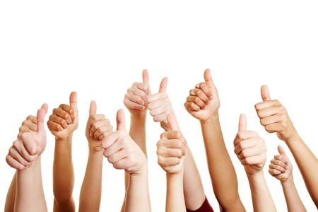 Muchas personas felicitan a un ganador y la celebración de sus pulgares hacia arriba