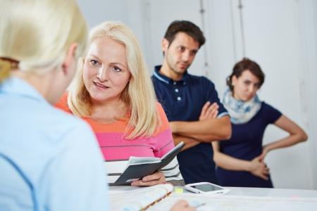 Rij te wachten bij arts in lijn met senior vrouw in de voorkant