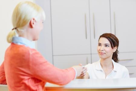 歯医者の予約のチェックイン医師フロント患者