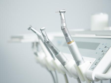 Verschillende tandheelkundige instrumenten en hulpmiddelen in een tandartsenbureau
