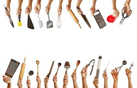 ama de casa: Marco con muchas manos que sostienen diferentes utensilios de cocina como cuchillos, tijeras y cuchara Foto de archivo
