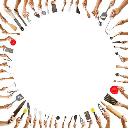 kitchen tools: Achtergrond frame met vele handen die verschillende keuken instrumenten in een cirkel