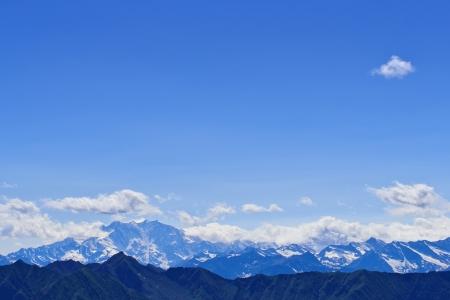 Himmel mit Wolken über schneebedeckten Bergen in den italienischen Alpen photo