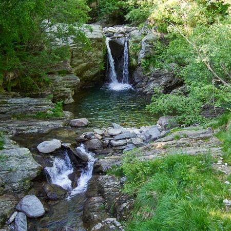 vale: Wasserfall mit Gebirgsbach in den italienischen Alpen im Vale Grande Zdjęcie Seryjne