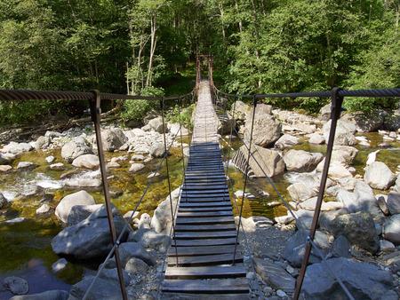 ber: Hängebrücke über Fluss in den italienischen Alpen im Vale Grande