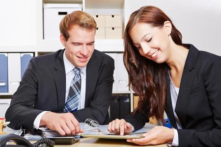 personas trabajando: Dos hombres de negocios que trabajan con Tablet PC en el escritorio en la oficina Foto de archivo
