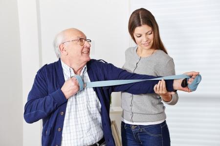 Oude hogere mens die bij revalidatie in de fysiotherapie