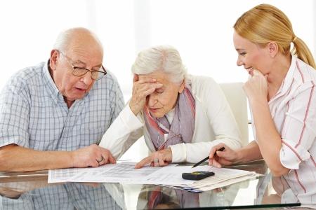 ファイナンシャルアドバイザーが探して手形にショックを受けたと年配のカップル 写真素材 - 24321908