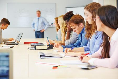 Veel verschillende studenten leren in een klasse in universiteit Stockfoto