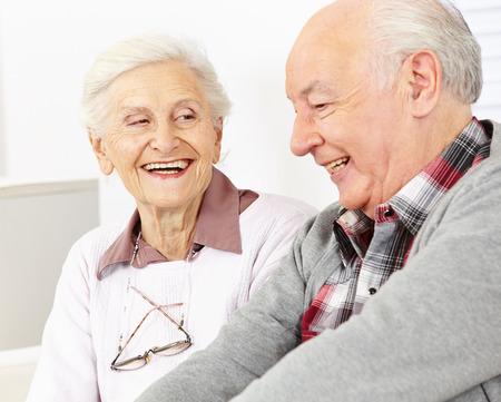 persona de la tercera edad: Feliz sonriente pareja de ancianos en una residencia de ancianos