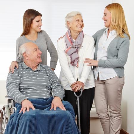 sozialarbeit: Familie mit Mutter und Tochter und zwei Senioren zu Hause Lizenzfreie Bilder