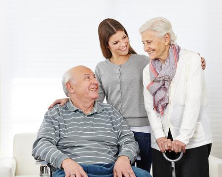 Gelukkige familie met glimlachende senior paar thuis