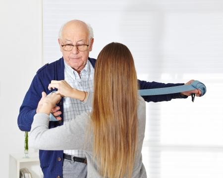 terapia ocupacional: Hombre mayor en fisioterapia en un hogar de ancianos