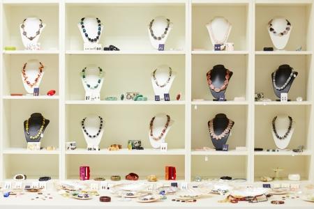 Etalage met kettingen en sieraden te zien bij juwelier