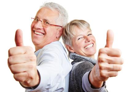 자신의 엄지 손가락을 들고 행복한 노인 수석 부부