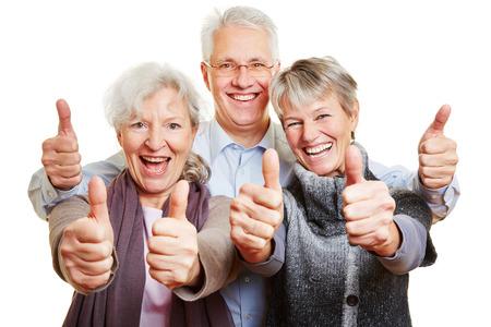 tercera edad: Tres personas mayores felices celebraci�n de sus pulgares hacia arriba