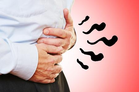 abdominal pain: Uomo con dolore addominale nello stomaco tenendo le mani sulla pancia