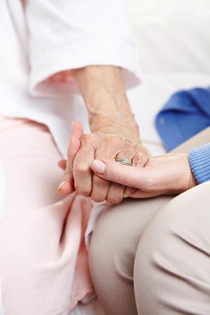 luto: Mujer que da pésame a la mujer de la tercera edad después de la muerte de su marido