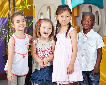 乳幼児: 幼稚園での子供たちのグループで一緒にハッピーの異人種間子供