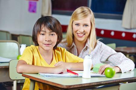 Enseignant de coaching étudiant japonais à l'école primaire