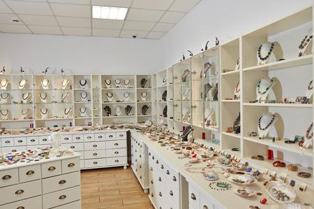 Inrichting van sieraden winkel met tentoonstellingsvertoning planken Stockfoto
