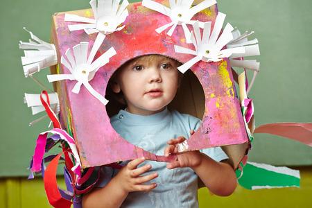 幼稚園で carnvial の彼の DIY の衣装を持つ少年 写真素材