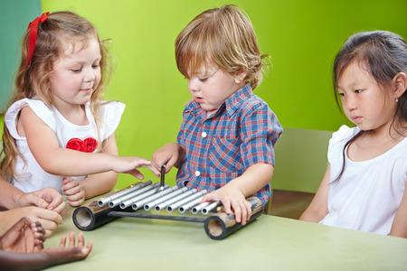 xilofono: Niño jugando el xilófono en el jardín de infantes en la educación musical Foto de archivo