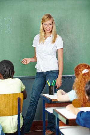traineeship: Teacher and students talking in elementary school class