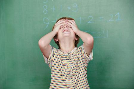 小学校に黒板の前に計算力障害を持つ子供 写真素材 - 27908417