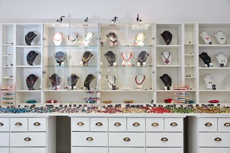製品のプレゼンテーションを表示の宝石店のインテリア デザイン
