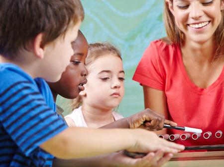 Niños instrumentos en la escuela de música de aprendizaje en la clase de educación musical