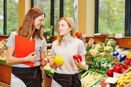 スーパー マーケットの野菜セクションで研修生の指導に店長します。