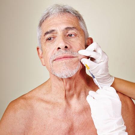 salon beaut�: Vieil homme d'obtenir un traitement des rides avec de l'acide hyaluronique dans un salon de beaut�