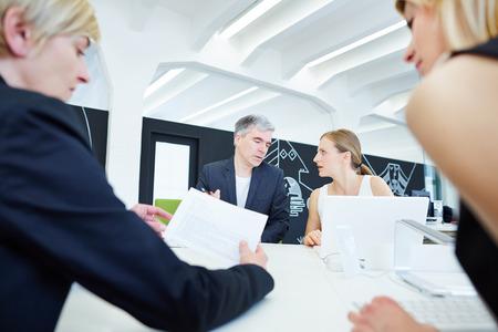 n�gociation: Business Team assis � la r�union de n�gociation dans le bureau