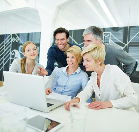 ufficio aziendale: Gente di affari felice che ottengono formazione informatica in ufficio