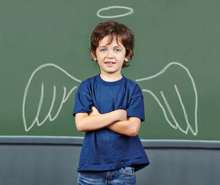 angel de la guarda: Ni�o lindo con las alas y halo como �ngel de la guarda Foto de archivo
