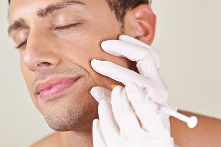 attractiveness: Hombre en un tratamiento de arrugas belleza cl�nica conseguir cerca de su boca Foto de archivo