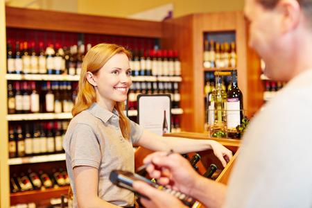 censo: Gerente de la tienda y la dependienta hacer inventario con terminal de registro de datos m�viles