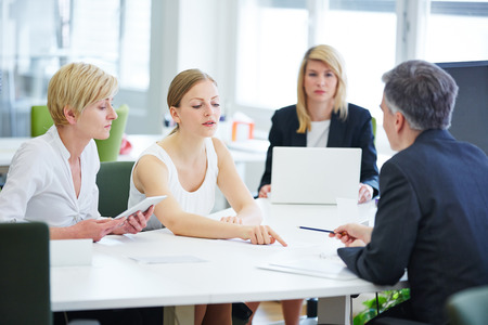 negociacion: La negociaci�n en la reuni�n del equipo de negocios en la oficina