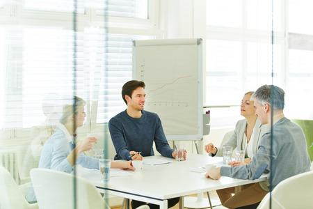 reuniones empresariales: Equipo de negocios en una reuni�n en la oficina de consultor�a