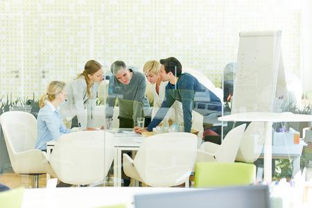 Équipe de travailler ensemble dans le bureau lors d'une réunion