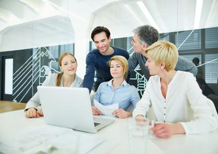 trabajando en computadora: Equipo de negocios que tiene la formaci�n en inform�tica en la oficina