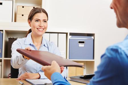 trabajo: Hombre que da su hoja de vida a HR en el cargo durante solicitud de empleo