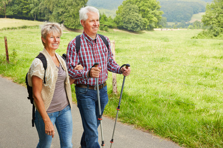 Happy senior couple hiking in summer in nature Banque d'images